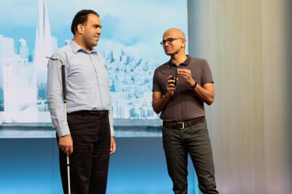 빌드 2016에서 사티아 나델라(Satya Nadella) CEO(오른쪽)와 사킵 사이크(Saqib Shaikh)소프트웨어 엔지니어(왼쪽)가 지능형 대화에 대해 시연하고 있다.
