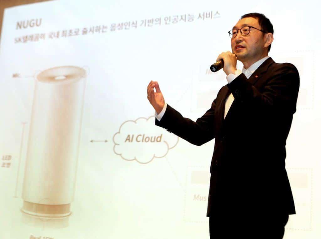 '누구'(NUGU) 소개 발표를 진행중인 SK텔레콤 박일환 Device 지원단장의 모습